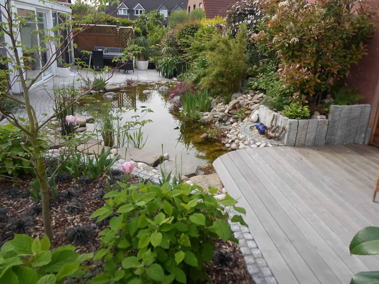 Teichanlage mit Holzterrasse und Natursteinweg und Natursteinterrasse