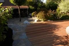 Holzterrasse mit Splittbeet und Natursteinweg